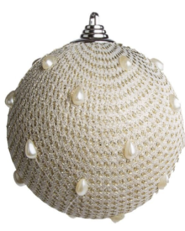 Bola de Natal com rede de tecido decorada com dourado e gotas peroladas