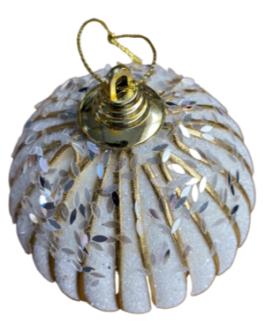 Bola de Natal Branca com fios dourados, folhas de lantejoulas e gliter