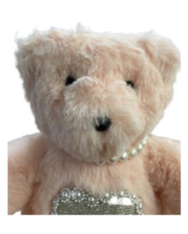 Urso Rosa Bebê com colar de Pérolas e coração na barriga