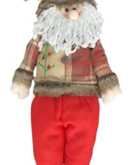 Papai Noel em pé com casaco em tons terrosos e azevinho no gorro